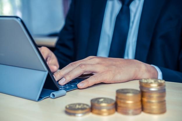 Empresário trabalhando com moedas