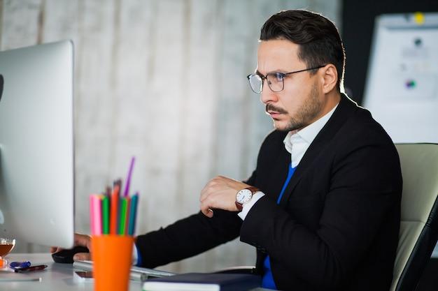 Empresário trabalhando com monitor de computador