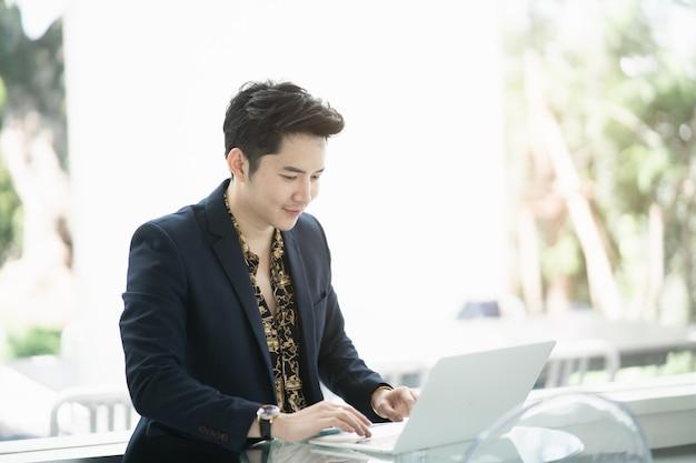 Empresário trabalhando com o laptop na mesa do café, conceito de negócio