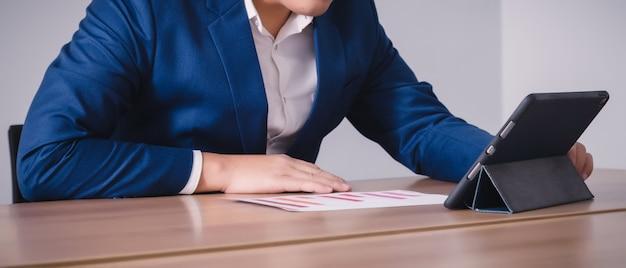 Empresário trabalhando com tablet na sala de seminários