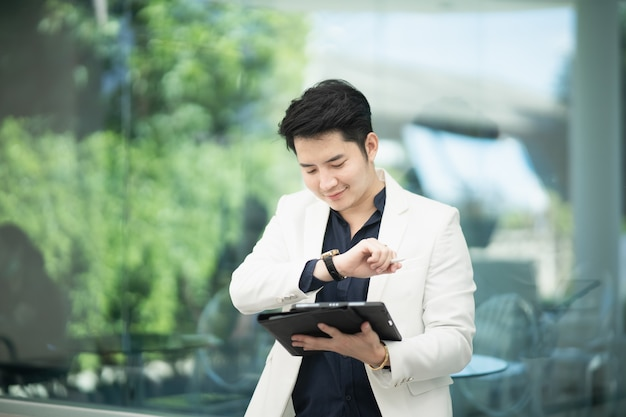 Empresário trabalhando com tablet no café, conceito de negócio