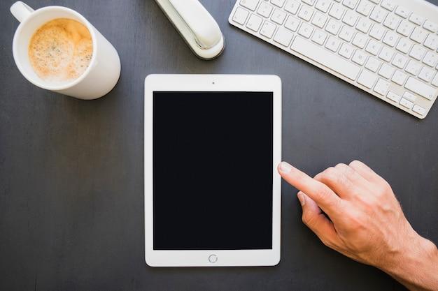 Empresário trabalhando com tablet