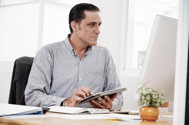 Empresário trabalhando com touchpad