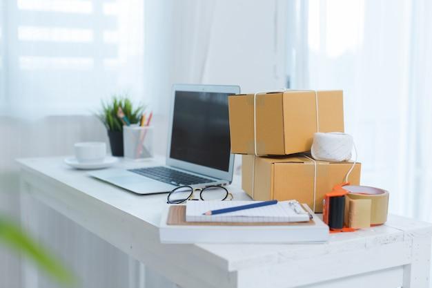 Empresário trabalhando em casa, embalagem de escritório