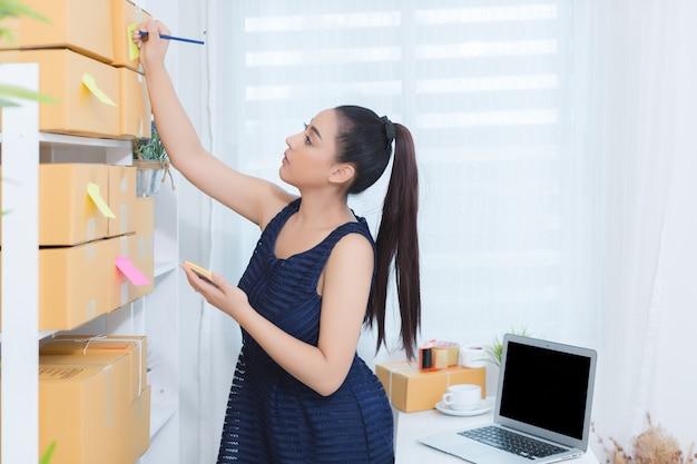 Empresário trabalhando em casa escritório