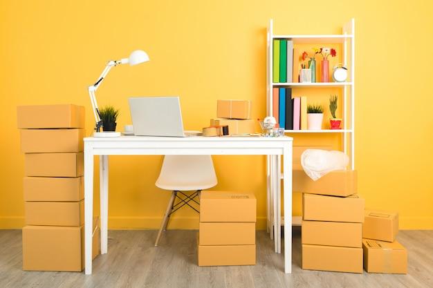 Empresário trabalhando em embalagens de escritório em casa.