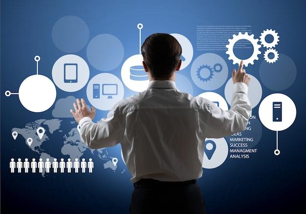 Empresário trabalhando em gráfico digital, conceito de estratégia de negócios