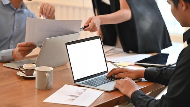 Empresário, trabalhando em seu projeto enquanto estiver digitando no computador portátil.