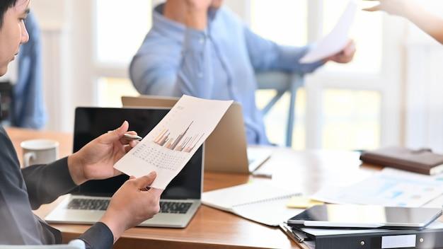 Empresário, trabalhando em seu projeto juntos na sala de reuniões.