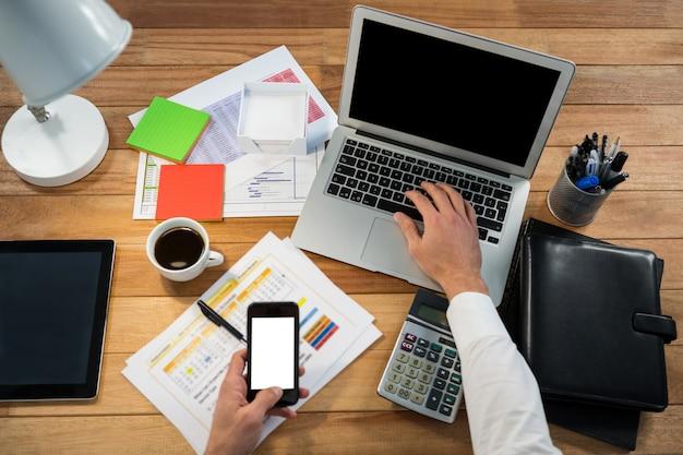 Empresário trabalhando em sua mesa