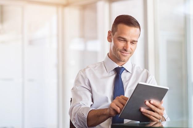 Empresário trabalhando em tablet digital
