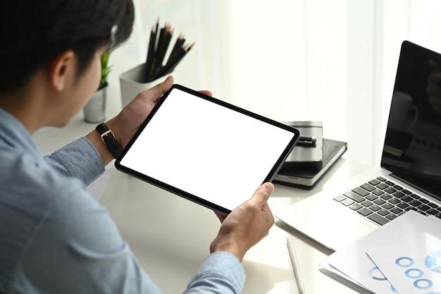 Empresário trabalhando em tablet digital.