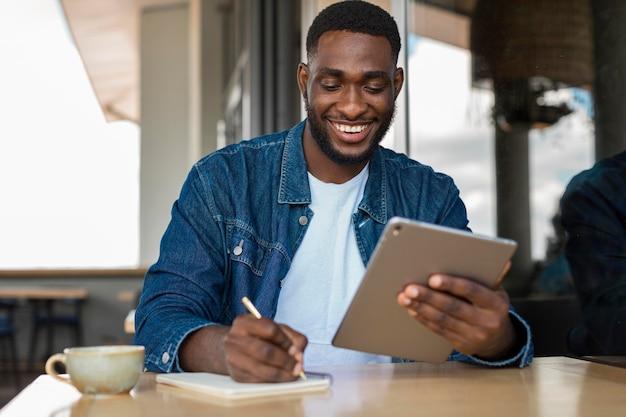 Empresário trabalhando em tablet