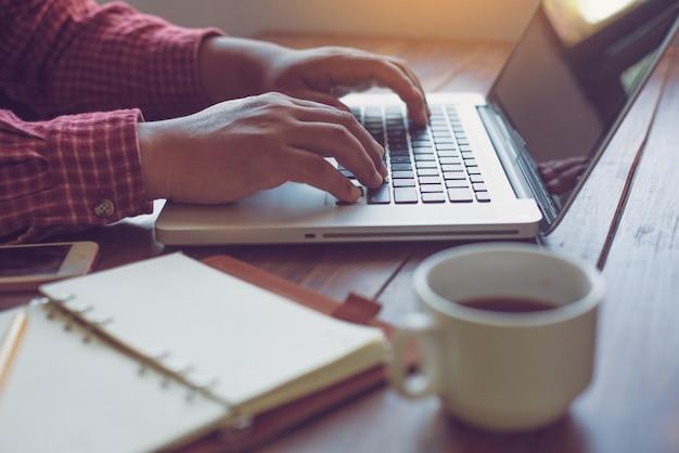 Empresário, trabalhando em um computador laptop no trabalho