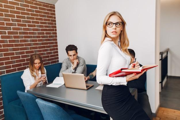 Empresário trabalhando em um escritório