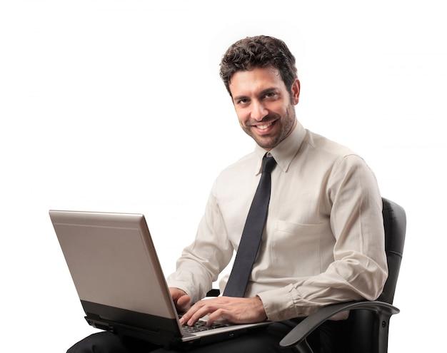 Empresário trabalhando em um laptop