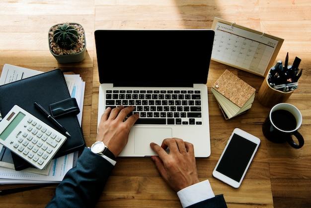 Empresário, trabalhando em uma mesa de madeira