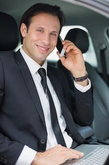 Empresário, trabalhando no banco do motorista