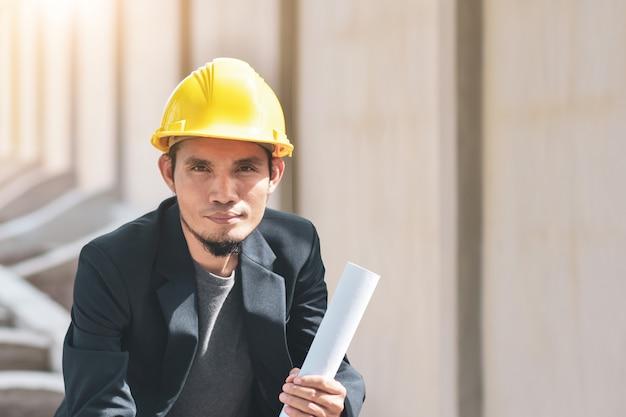 Empresário trabalhando no canteiro de obras