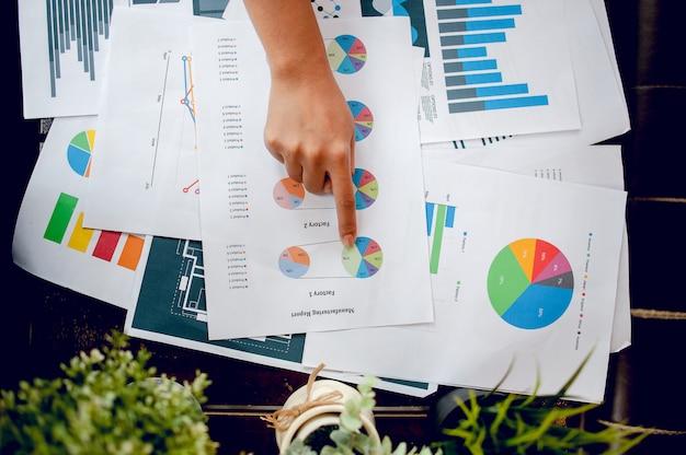 Empresário, trabalhando no escritório. e gráficos em sua mesa. idéias de negócios e espaço para cópia.