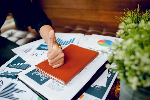Empresário, trabalhando no escritório e gráficos na mesa dele. conceito de negócio e espaço de cópia