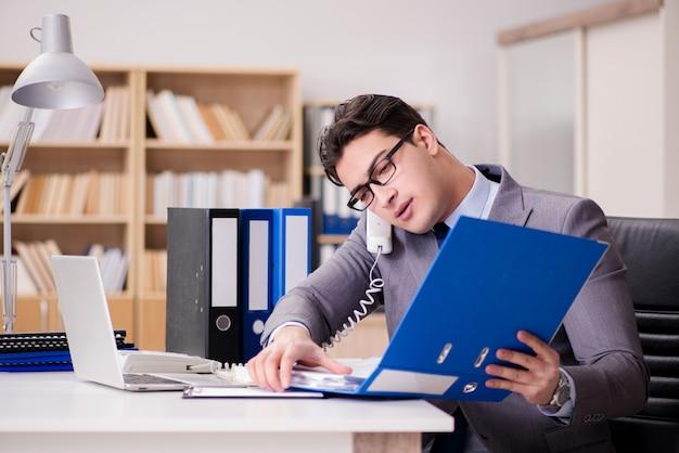 Empresário trabalhando no escritório