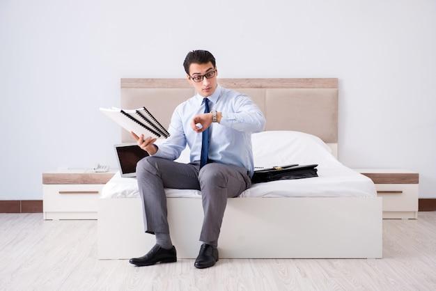 Empresário trabalhando no quarto de hotel