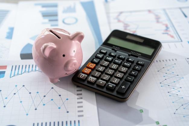 Empresário, trabalhando usando uma conquista de conceito de contabilidade de finanças calculadora para equilibrar contabilidade assistente de homem