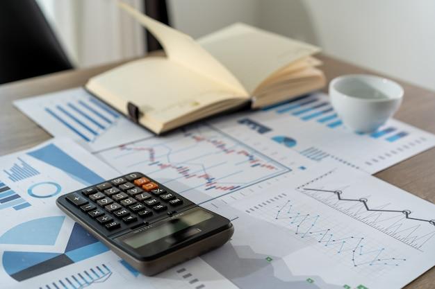 Empresário, trabalhando usando uma conquista de conceito de contabilidade de finanças calculadora para equilibrar contabilidade assistente