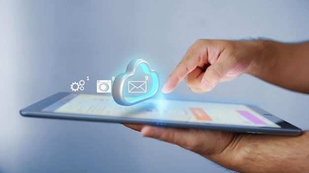 Empresário transfere dados para armazenamento em nuvem.