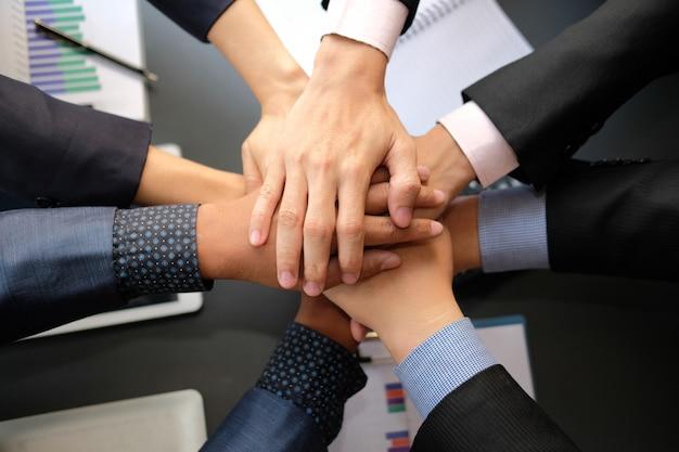 Empresário, unindo a mão unida, equipe de negócios, tocando as mãos juntas.