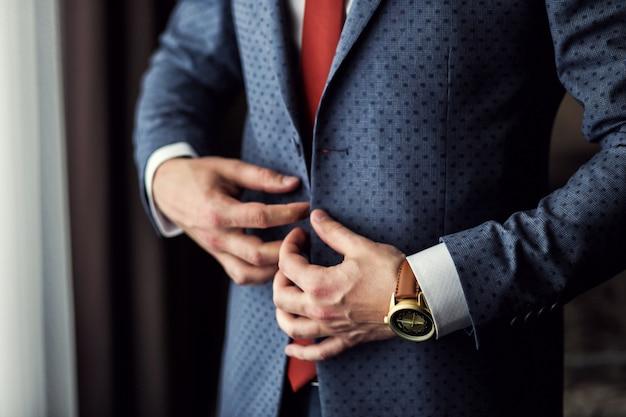 Empresário usa uma jaqueta. jaqueta de moda elegante vestido afiada. homem estiloso casaco azul. casaco bonito elegante jovem vestindo