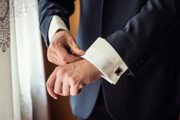 Empresário usa uma jaqueta. político, estilo de homem, mãos masculinas closeup, conceito de empresário, negócios, moda e roupas