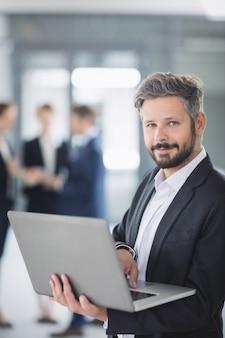Empresário usando laptop