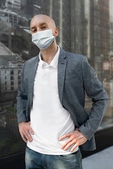 Empresário usando máscara vivendo no novo estilo de vida normal durante covid-19