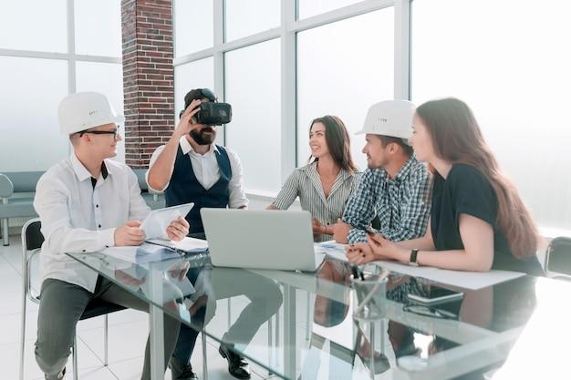 Empresário usando óculos de realidade virtual em reunião com a equipe de negócios