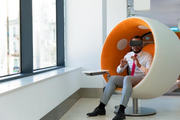 Empresário usando óculos de realidade virtual