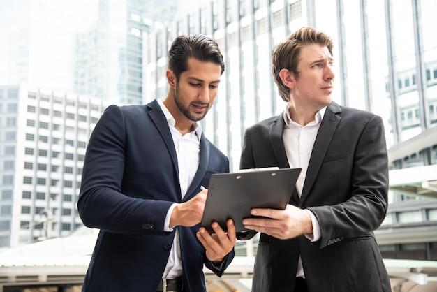 Empresário verificado e assinar um documento de inspeção