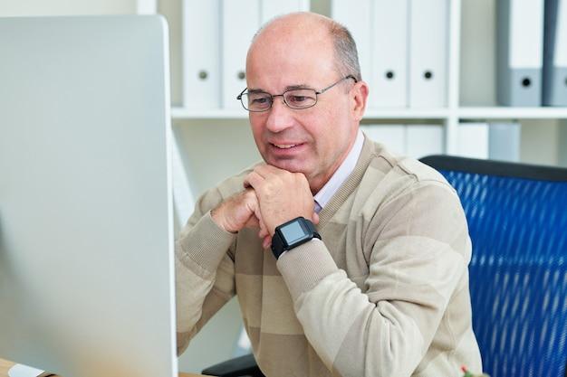 Empresário verificando e-mails