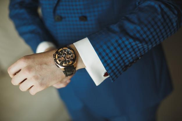 Empresário, verificando o tempo do relógio