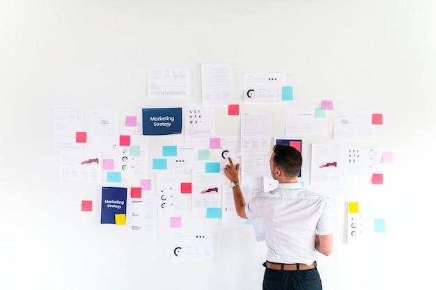 Empresário verificando plano de marketing
