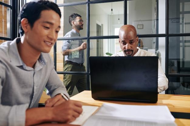 Empresário verificar e-mails