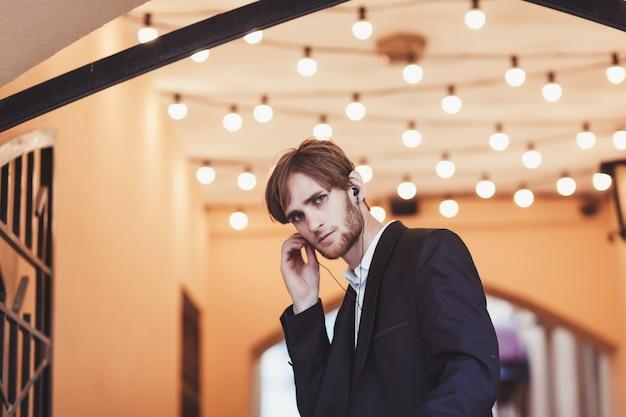 Empresário, vestindo um terno preto