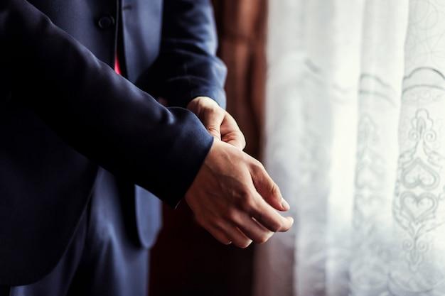 Empresário, vestindo uma jaqueta. político, estilo de homem, mãos masculinas closeup, americano, empresário europeu, negócios, conceito de moda e vestuário