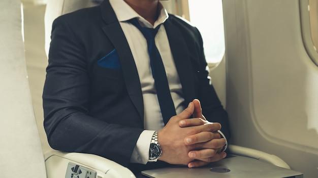 Empresário viaja em viagem de negócios de avião