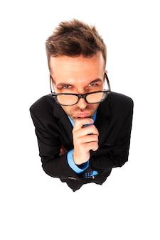 Empresário zangado com óculos da moda a fazer careta