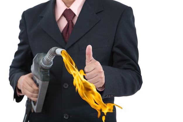 Empresários abastecendo na bomba de gasolina isolada.