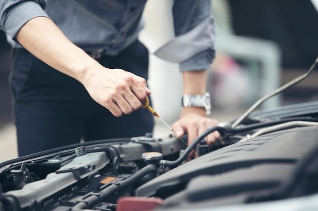 Empresários ajudam as empresárias a verificar e reparar carros quebrados
