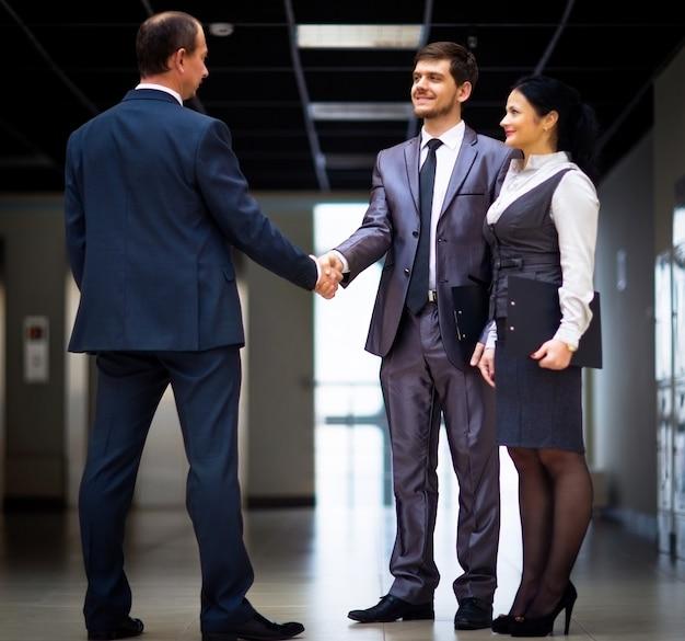 Empresários alegres apertando as mãos