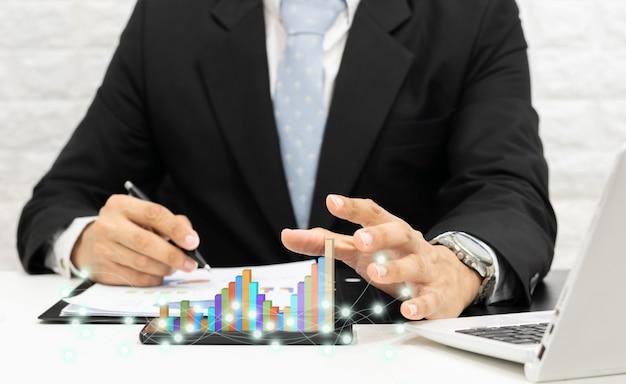 Empresários analisam gráficos com redes sociais de computadores, smartphones e tablets.